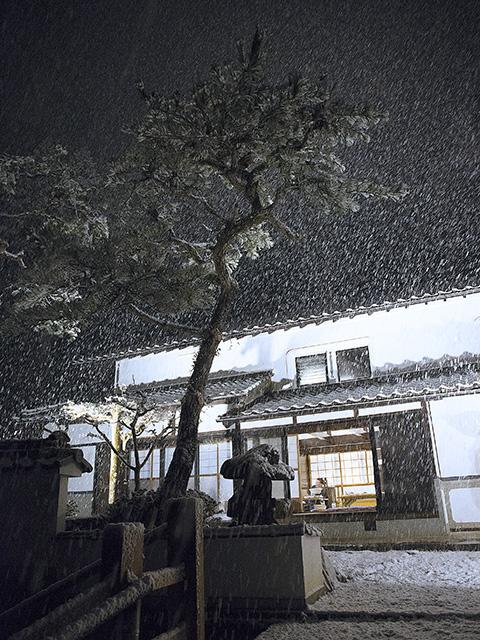 古民家で雪を楽しむ3