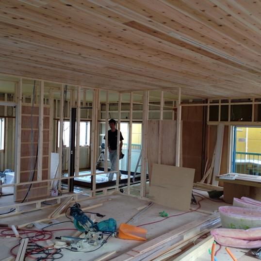 部屋と部屋を仕切る壁を大工工事中!1