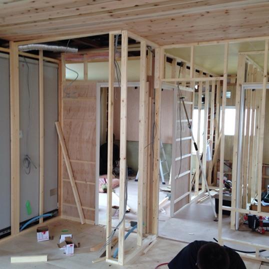 部屋と部屋を仕切る壁を大工工事中!3