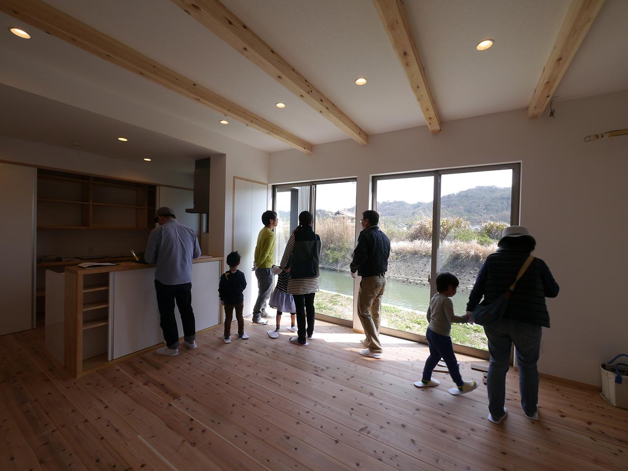 オープンハウス:「川沿いに建つ片流れ屋根の家」2