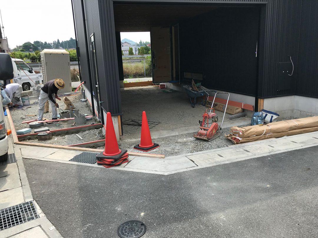 外部足場がとれ、外構と内装工事中1