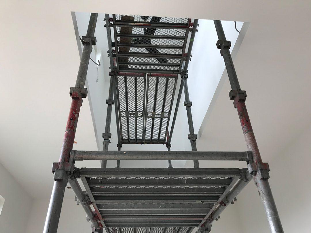 外部足場がとれ、外構と内装工事中2