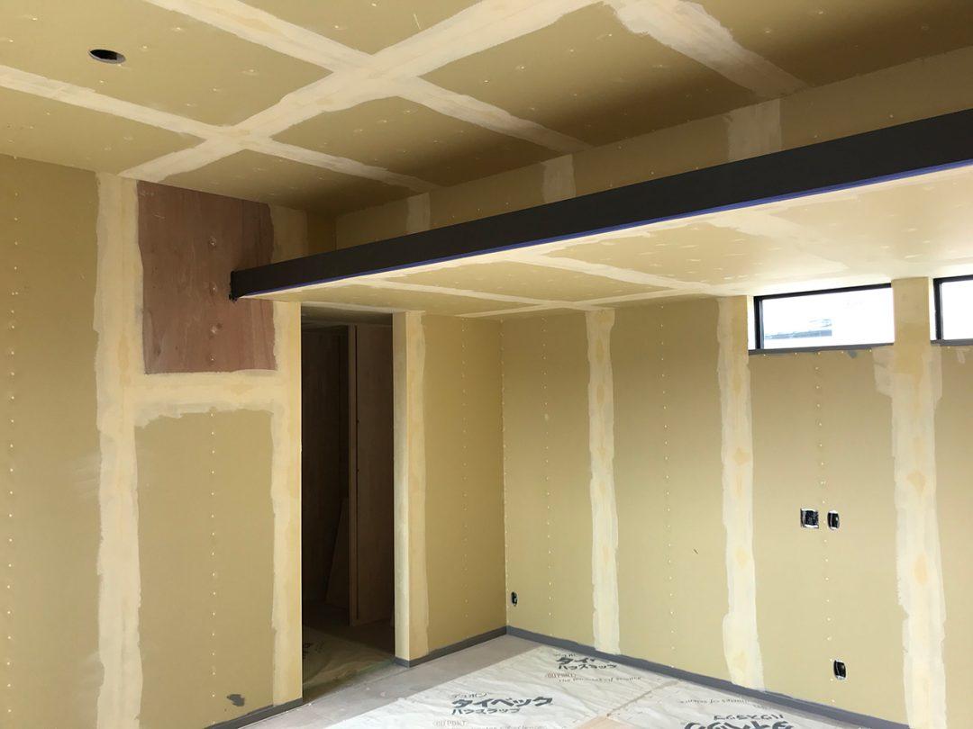 外部足場がとれ、外構と内装工事中3