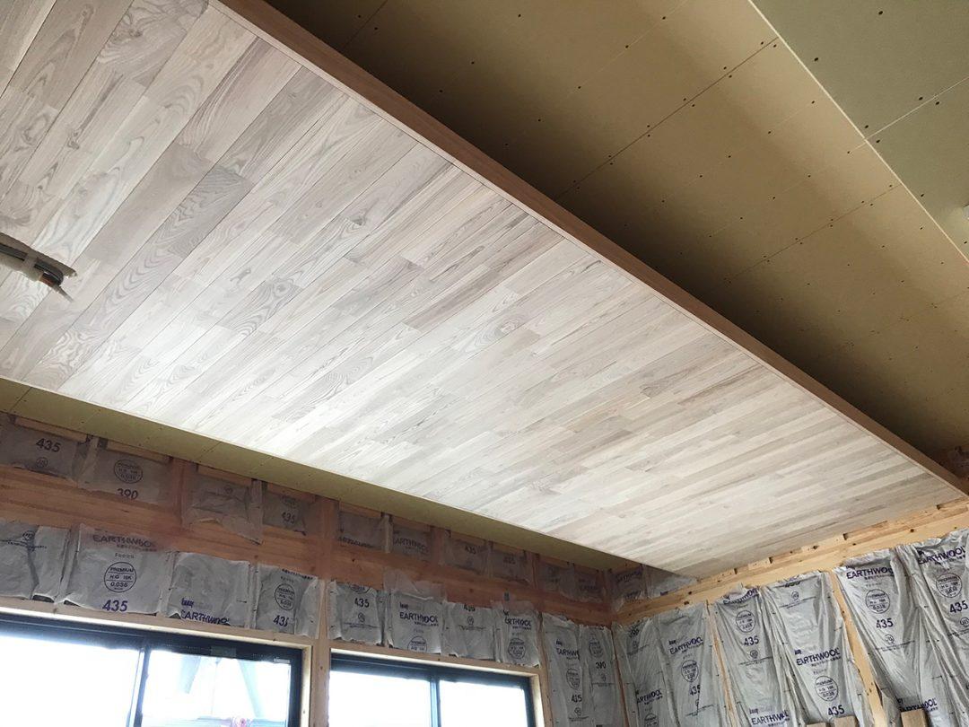 リビング天井に床と同じタモの幅広を貼りました。1