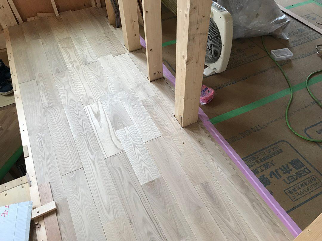 リビング天井に床と同じタモの幅広を貼りました。2
